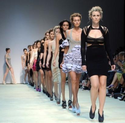 Модели ходят по подиуму